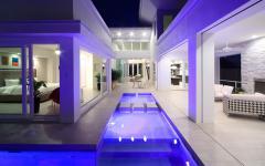 Espaces extérieurs et piscine de luxe