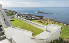 terrasse en pente donnant sur la mer