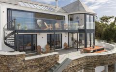 maison moderne avec belle vue sur la mer