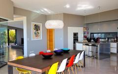chaises différentes couleurs maison australienne