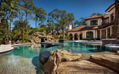 grande piscine extérieure belle demeure d'architecte