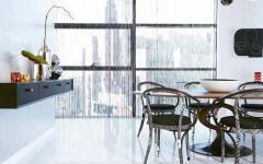 salle à manger claire avec panorama sur la ville