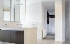 salle de bains design moderne et spacieux