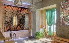 intérieur ensoleillé appartement de ville artistique