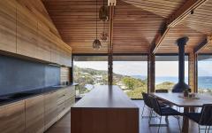 cuisine ouverte aménagée en bois avec vue sur la plage