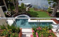Vue superbe sur la piscine et l'eau
