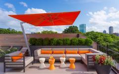 déco moderne terrasse sur le toit parasol excentré