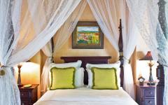 chambre lit à baldaquin romantique villa