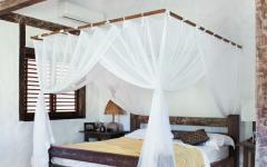 villa de luxe lit baldaquin