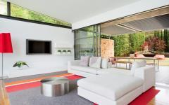 spacieuse pièce de vie de maison moderne de ville