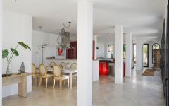 spacieuse pièce de vie principale de cette villa de luxe