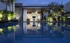 maison de ville d'architecte vue depuis la piscine