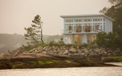 La résidence de vacances vue depuis l'eau