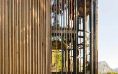 maison originale en bois façade en verre