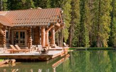 chalet en bois rustique près de lac