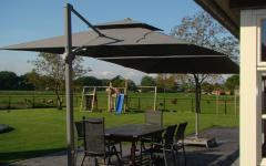 terrasse ombragée parasol excentré déporté élégant moderne