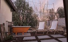 baignoire extérieure patio demeure originale de vacances