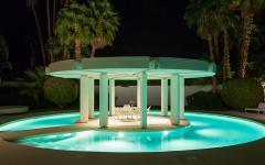 patio milieu piscine extérieure de luxe