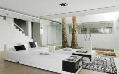 salon en blanc et noir face patio résidence secondaire