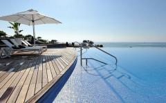 piscine à débordement luxe vue sur mer