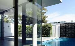 murs en verre piscine petite terrasse