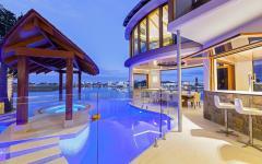 Belle piscine extérieure vue de nuit