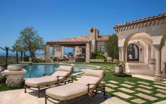 patio piscine transats belle demeure de luxe