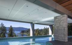 piscine semi-couverte avec vue sur l'océan
