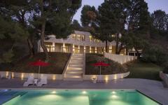 piscine extérieur éclairée de nuit