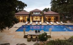 jolie piscine extérieure et terrasse