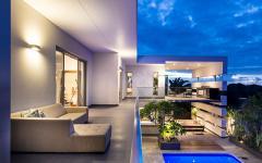 La piscine de cette maison contemporaine d'architecte
