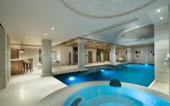 piscine intérieure chauffée chalet rustique luxe