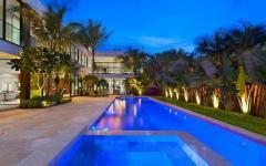 piscine extérieur éclairée jardin