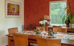 Jolie salle à manger aux murs rouges