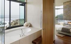 salle de bain avec belle vue sur l'eau