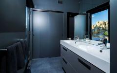 salle de bains en noir