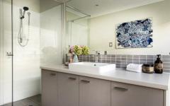 salle de bains moderne et aménagée