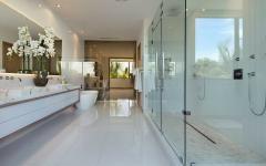 luxueuse salle de bains en marbre blanc
