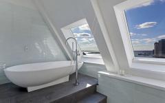 salle de bains en marbre avec vue