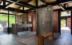 Belle salle de bains maison plain-pied exotique