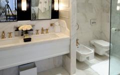 toilettes et salle de bains en marbre blanc