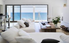 Salon au baie vitrée avec vue sur mer