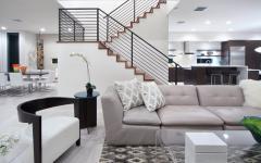 Escalier et intérieur de cette belle maison en blanc