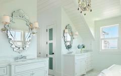 spacieuse et luxueuse salle de bains en blanc