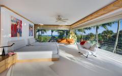 belle chambre avec vue sur palmiers et mer
