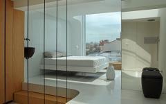 chambre minimaliste avec vue sur la ville
