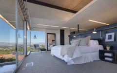 grande lit et mur transparent chambre luxe