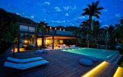 piscine moderne extérieure éclairée