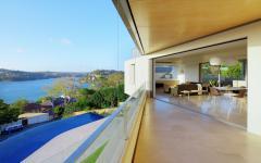 terrasse avec vue sur l'eau et la ville