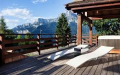 terrasse teck chalet en bois dans les alpes